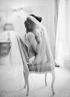 Novia pensativa antes de vestirse. ¡Preciosa foto!