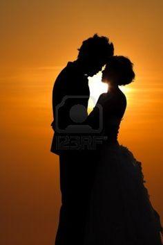 Sunset Silhouette ein junges Paar umarmt Stockfoto - 14021399