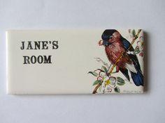 Alte Tür Namensschild, Plakette. Unbenutzt. Englische Keramik, Retro-Kitsch. Janes Zimmer 1960er Jahre