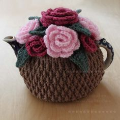 Crochet Pink Roses Tea Cosy I like this, Lots. Reminds me of my Grannies. Crochet Puff Flower, Crochet Flower Patterns, Crochet Flowers, Knitting Patterns, Crochet Cozy, Crochet Crafts, Crochet Projects, Tunisian Crochet, Rosen Tee