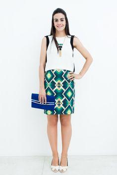 Amamos este look de Kika Locchi! Blusa black aond white + saia-lápis em estampa tribal + colar geométrico tribal + sandália Guilhermina = Puro luxo!