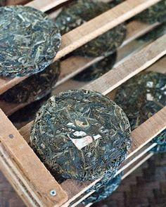 Pu Er thee droogt aan de lucht nadat ze is geperst. Daarna kan ze verpakt worden om vervolgens jaren te worden bewaard.  Pu'er Tea drying before getting packed.