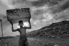 La qualità e l'intensità dell'attenzione del fotografo lasciano il segno sul piano mentale della fotografia e questo non accade per magia. CORSO DI BASE DI REPORTAGE FOTOGRAFICO con PIERPAOLO MITTICA. Pierpaolo Mittica (2010), Rahman, 12 anni, mentre raccoglie rifiuti, discarica di Demra Matoel, Dhaka, Bangladesh. Dalla serie Piccoli Schiavi.