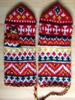I think I love to knit mittens most of all! Knitting any yarn at a tighter-than-usual gauge ensures a warmer mitten. Here you'll find mittens of color Knitting Charts, Knitting Socks, Knitted Hats, Mittens Pattern, Fair Isle Knitting, Knit Or Crochet, Needlework, Swatch, Gloves
