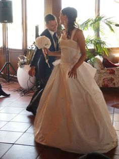 Dancing with my husband! Wedding bridal gown whit pearls
