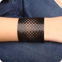 Pulseira Halftone Girls Accessories, Leather Accessories, Jewelry Accessories, Jewelry Design, Jewelry Ideas, Leather Art, Leather Cuffs, Leather Jewelry, Leather Tooling Patterns