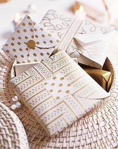 Paquets cadeaux en papier peint pour emballer livres et CDs