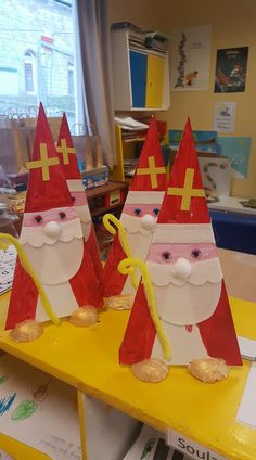 Sint driehoek Diy And Crafts, Crafts For Kids, Arts And Crafts, Seman Santa, Holiday Day, Holiday Decor, Christmas Art, Christmas Ornaments, Kindergarten Projects