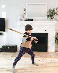 Il a travaillé un bon 45 minutes sur son costume de samouraï. (photo de la semaine passée parce que les décos dhiver ont pris le bord depuis! #clempetitcoquin #etremaman #momlife #4ansetdemi #motherhood #kidslife #letthembelittle #baneaux #faitalamain #faitauquebec