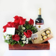 Resultado de imagen para arreglos florales con vino y frutas Valentines Day Baskets, Valentines Flowers, Valentines Day Decorations, Valentine Crafts, Flowers For Men, Diy Flowers, Wine Bottle Images, Flower Boutique, Flower Packaging