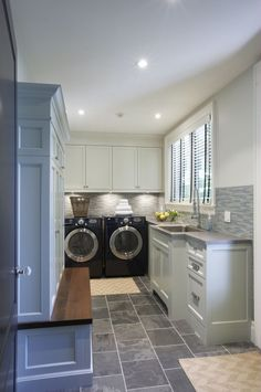 love the slate-like floor & backsplash - not sure about the parts of the cabinets that stick out. want the undercounter lighting. countertop should extend across appliances.