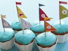 Thermomix Muffins im Segelboot Style mit Fahnen zum free Download, ausdrucken und selber basteln. Super für einen Kindergeburtstag mit Fisch- oder Meerjungfrauen Motto. http://www.meinesvenja.de/2011/08/10/segelboot-muffins/