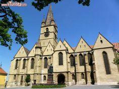 """Sibiu """"chiesa evangelica""""in stile gotico  XIV secolo. Famosa per il suo organo. Il più grande di tutta la Romania 10. 000 canne (30 luglio)"""
