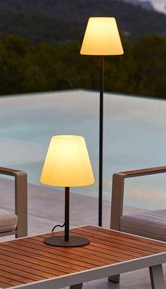 Lampes d'exterieurLampe et lampadaire en polypropylène et acier, 2 hauterus H 50 et H 150 cm. Fonctionnent sur secteur.Carrefour