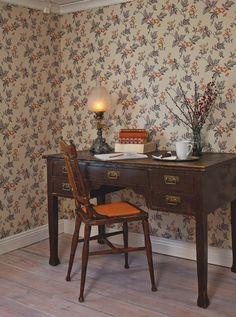Fakta Rullmått: 10,05 m x 0,53 m Tvättbar papperstapet   På 1920- och 1930-talen blev fantasiblommor moderna igen efter  jugendtidens naturtrogna växtvärld. Denna tapet med sitt stora  yttäckande blommönster i mjuka dämpade kulörer är typisk för tiden.  Förlagan är funnen vid renoveringen av ett hus i Tierp i Uppland. ...