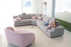 Calessi es heredera directa de nuestro sofá rinconera Calisto. Sin apenas…