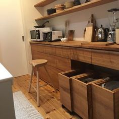 39 The Most Ignored Solution for Japanese Cabinet And Kitchen Style Ideas - thehomedecores Cafe Interior, Kitchen Interior, Modern Interior, Kitchen Dining, Kitchen Decor, Kitchen Cabinets, Muji Home, Japanese Kitchen, Kitchen Stories