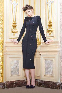 Вещи Ульяны Сергеенко, неизменно роскошные, богато украшенные и очень дорогие, не слишком вяжутся с воспоминаниями о советских коммуналках. Но все-таки осенняя коллекция, которую команда российской марки посвятила дворянке в изгнании, осваивающейся