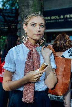 How to Wear Giant Earrings - Street Style, Tommy Ton, J. Easy Style, Mode Cool, Looks Street Style, Inspiration Mode, Fashion Inspiration, Mode Style, Scarf Styles, Look Fashion, Milan Fashion