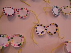 Teken op karton de vorm van een zonnebril. Laat de kinderen dit uitknippen en hier een serie opplakken. Met chenilledraad maak je de boogjes van de bril.