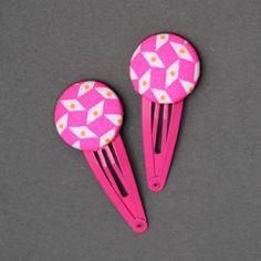 Duo de barrettes Alicia en tissu rose et blanc, comme un bijou dans les cheveux des petites filles. Un accessoire pratique et joli. Longueur totale : 5,5 cm. Diamètre du bouton : 2,5 cm. http://www.lilooka.com/dehors/barrettes-filles-en-tissu/duo-de-barrettes-alicia-tissu-rose-et-blanc.html