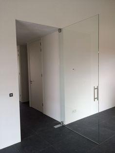Mooie, grote glazen deur met vloerveer. www.dullcon.nl