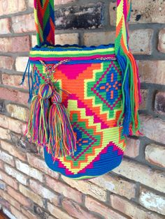 Wayuu Mochila artesanal grande  H169 por TheBuenaOnda en Etsy Tapestry Bag, Tapestry Crochet, Crochet Bags, Knit Crochet, Inkle Weaving Patterns, Bunt, Purses And Bags, Knitting, Crafts