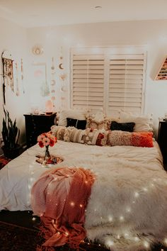 Cozy Bedroom Decorating You'll Love cozy bedroom ideas; bedroom decor ideas for teens; Small and warm cozy bedroom ideas; Boho Bedroom Decor, Cozy Bedroom, Modern Bedroom, Contemporary Bedroom, Bedroom Inspo, Bedroom Ideas For Small Rooms Cozy, Bedroom Retreat, Bedroom Black, Minimalist Bedroom