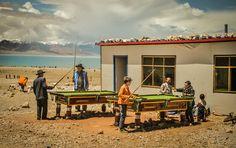 目を釘づけにする「スミソニアン」写真コンテスト。チベットで、ビリヤードを楽しむ地元民