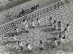 Riccione - Colonia G. Donegani per bambini sfollati - Merenda, 1943 [LombardiaBeniCulturali]