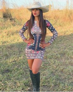 Image may contain: one or more people, people standing, grass and outdoor Country Girl Outfits, Sexy Cowgirl Outfits, Hot Country Girls, Country Girl Style, Country Women, Vaquera Sexy, Looks Country, Rodeo Girls, Fiesta Outfit