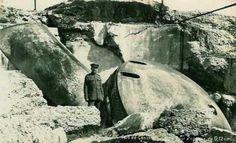 JOURNE DU 15 AOUT 1914 : chute des forts de Boncelles,de Lancin et de Loncin 17h20 : Un obus perce la carapace du fort et met le feu à la poudrière, soit douze tonnes de poudre. Les coupoles de 210, qui pèsent pourtant, 40 tonnes sont renversées et les voûtes s'effondrent. La galerie centrale se fend en deux et retombe sur les soldats qui attendent l'assaut. Il ne reste qu'une centaine de survivants. Le commandant Naessens est sans connaissance et le général Leman est grièvement blessé. Les…