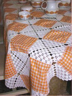 Facilite Sua Arte: Toalha de Mesa 2 - Patchwork e Crochê. In principle, using crochet and fabric squares together. Crochet Fabric, Crochet Quilt, Thread Crochet, Filet Crochet, Crochet Motif, Crochet Doilies, Crochet Flowers, Crochet Lace, Crochet Stitches