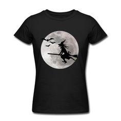 Schaurig schönes Halloween Hexe reitet auf Besen mit Katze und Fledermaus schwarm.Im Mondschein fliegt sie als Gruselig Silhouette.