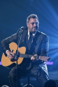 Always a favorite! Vince Gill PHOTO GALLERY: Blake Shelton hosts Healing in the Heartland tornado benefit concert Best Country Music, Country Music Artists, Amy Grant, Vince Gill, The Right Stuff, Blake Shelton, Gospel Music, Elvis Presley, Music Bands