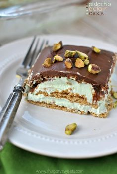 Pistachio Eclair Cake: an easy recipe for a no bake eclair cake! Delicious, no bake Pistachio Eclair Cake is the perfect dessert at the end of the day! No Bake Desserts, Just Desserts, Delicious Desserts, Layered Desserts, Dessert Healthy, French Desserts, Pudding Desserts, Sweet Recipes, Cake Recipes