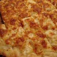 A Maritime (Canadian) favourite - garlic bread pizza, properly called Garlic Fingers. Serve dipped in Maritime Donair sauce. Copycat Recipes, Sauce Recipes, Beef Recipes, Cooking Recipes, Easy Recipes, Garlic Bread Pizza, Garlic Cheese, Canadian Cuisine, Canadian Food