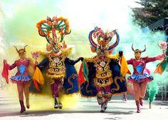 Algunos festivales bolivianos son Feria de las Alasitas, Oruro Carnaval, Semana Santa y Fiesta del Gran Poder. Los festivales celebran la religión y la cultura indígena.