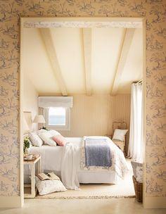 Entrada a dormitorio principal con papel pintado