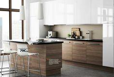 INSPIRATION : ambiance zen bicolore.  CONSEIL : choisir des portes de tonalités et de matières différentes. Exemple : bois foncé (meuble bas) et laqué blanc (meuble haut).