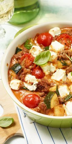 Zucchini mince-Zucchini-Hack-Auflauf Casserole also tastes great in summer – especially if you combine juicy tomatoes with minced meat and zucchini. Lunch Recipes, Low Carb Recipes, Cooking Recipes, Healthy Recipes, Summer Recipes, Healthy Snacks, Healthy Eating, Le Diner, Soul Food