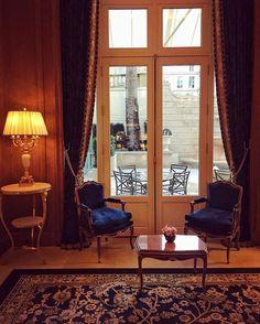 """Acabamos de tomar um chá da tarde no @ritzparis com o time da @framenoir uma das principais empresas de relações-públicas da semana de moda de Paris. O lendário hotel acaba de ser reinaugurado após 5 anos em reforma e continua sendo a """"casa"""" favorita dos fashionistas na temporada - ele opera com 100% de ocupação (via @lauraancona). #mcnapfw #parisfashionweek #ritzparis #ritz  via MARIE CLAIRE BRASIL MAGAZINE OFFICIAL INSTAGRAM - Celebrity  Fashion  Haute Couture  Advertising  Culture  Beauty…"""