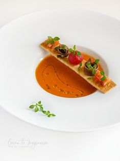 Piquillo Paprika Gazpacho mit mazerierten Tomaten Piquillo Paprika Gazpacho mit mazerierten TomatenYou can find Food plating and more. Gourmet Recipes, Cooking Recipes, Healthy Recipes, Sushi Recipes, Gourmet Desserts, Plated Desserts, Gourmet Food Plating, Soup Plating, Food Plating Techniques