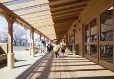 全長70m、幅3.5mの屋外廊下 Landscape Architecture, Architecture Design, Ecole Design, Pioneer Village, Wood Arch, Nursery School, Forest School, Library Design, Kid Spaces