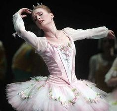 Gillian Murphy as Aurora in Sleeping Beauty. I love the costume. I would love to see her dance this role.