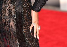Beyonce Knowles Photos Photos - Singer Beyonce Knowles (fashion detail) attends the 2014 MTV Video Music Awards at The Forum on August 24, 2014 in Inglewood, California. - Arrivals at the MTV Video Music Awards — Part 2