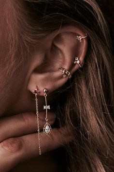 30 Best Type Of Ear Piercings You Should Try Today ear piercings placements vary. The days when people get piercings in the earlobe only are long gone. The tradition of getting piercings is actually more ancient than you could possibly imagine. Types Of Ear Piercings, Cute Ear Piercings, Ear Piercings Cartilage, Cartilage Hoop, Double Cartilage, Cartilage Earrings, Triple Helix Piercing, Orbital Piercing, Multiple Ear Piercings
