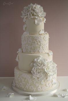 Gedecoreerde witte bloemen taart.