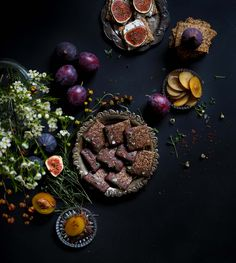 Pähkinähamsterin näkkärit ovat helppoja valmistaa. Rosmariini-mantelinäkkäri maistuu esim. vuohenjuuston ja viikunan kanssa, suklaa-chili sellaisenaan!
