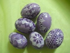 kraslice voskem - Easter Egg Crafts, Easter Eggs, Valintines Day, Egg Art, Egg Decorating, Projects To Try, Carving, Hand Painted, Patterns